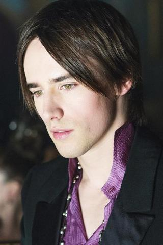 Reeve Carney height and weight